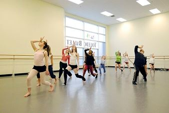 Toledo Ballet studio rehearsal photo credit Bruce Works